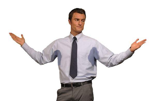 мужчина в рубашке с мокрыми подмышками