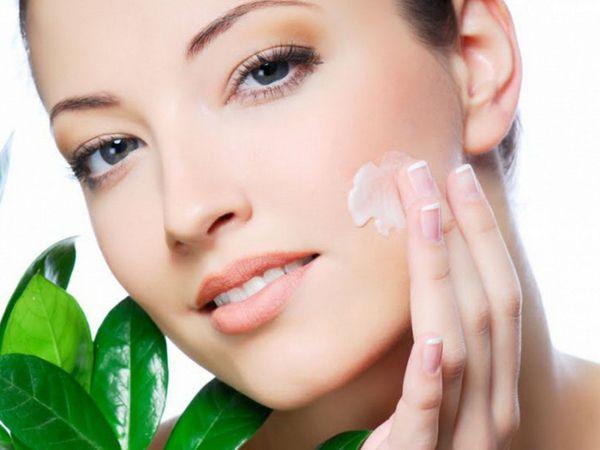нанесение мази на кожу лица