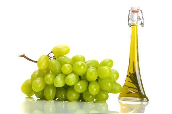 виноград и масло в бутылке